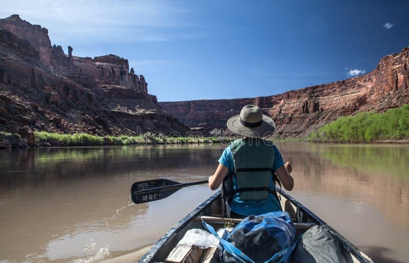 Vrouw in een kano op de Groene Rivier van Utah royalty-vrije stock afbeeldingen