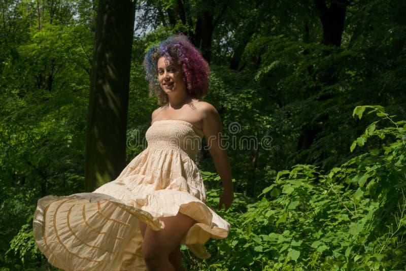 Vrouw in een kleding in hout royalty-vrije stock afbeelding