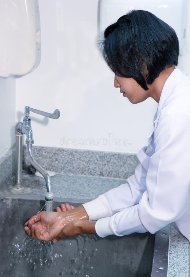 Vrouw in een laboratorium die haar handen wassen royalty-vrije stock foto