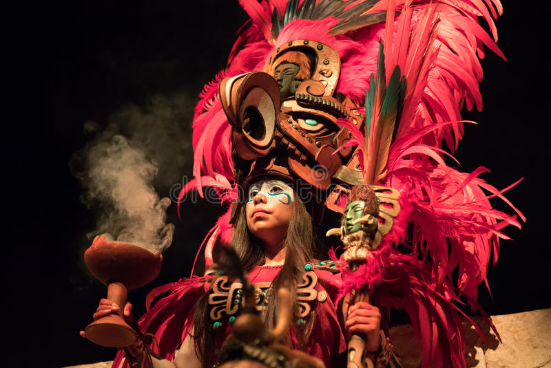Vrouw in een Mayan strijderskostuum royalty-vrije stock foto