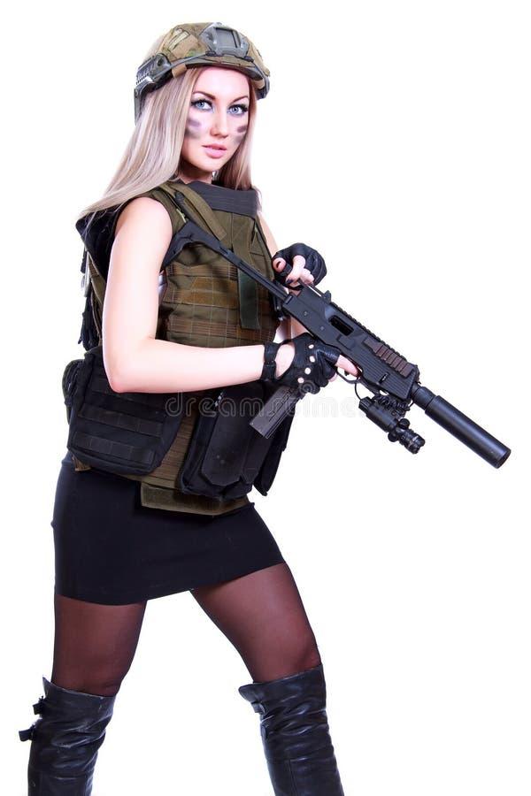 Vrouw in een militaire camouflage met een machinepistool stock foto