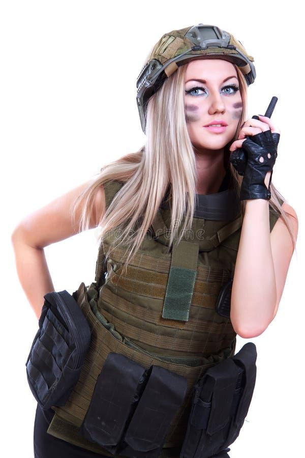 Vrouw in een militaire camouflage met een radio stock foto