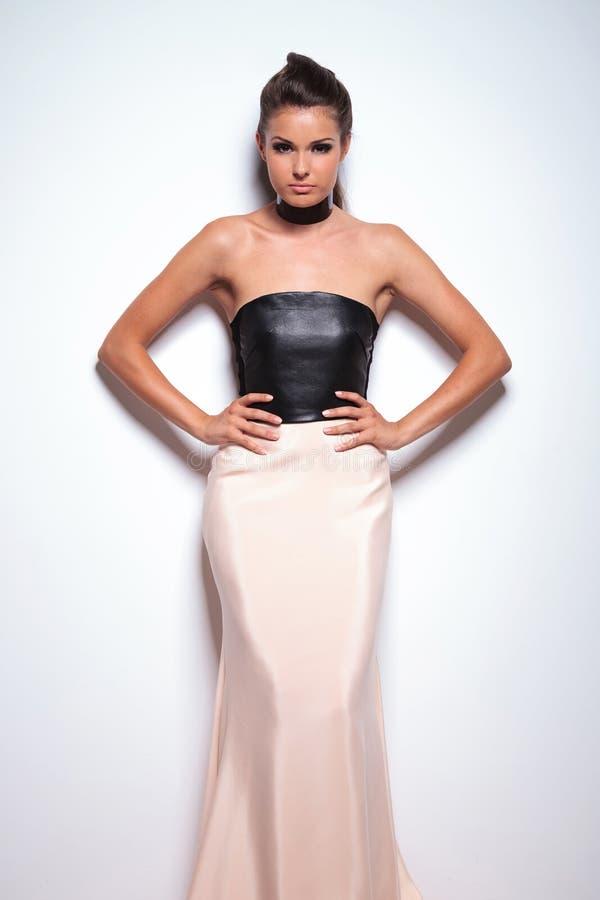 Vrouw in een mooie elegante toga die zich met handen op haar bevinden hallo royalty-vrije stock foto's
