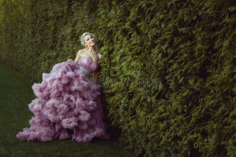 Vrouw in een mooie pluizige kleding royalty-vrije stock fotografie