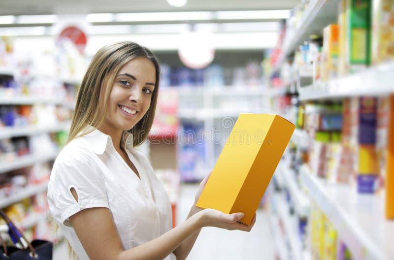 Vrouw in een Opslag van de Kruidenierswinkel royalty-vrije stock fotografie