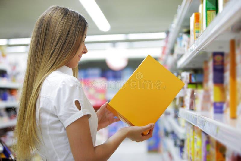 Vrouw in een Opslag van de Kruidenierswinkel royalty-vrije stock foto