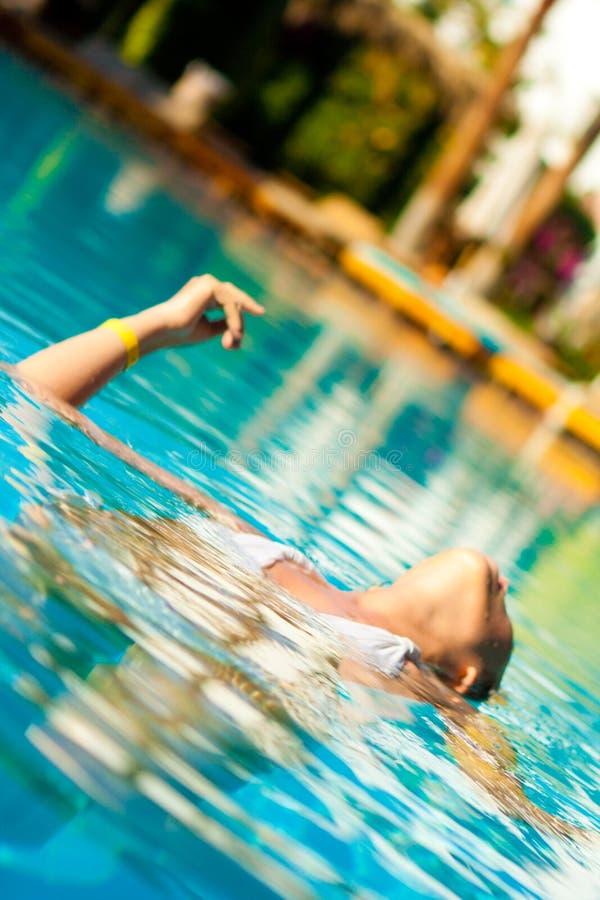 Vrouw in een pool stock afbeeldingen