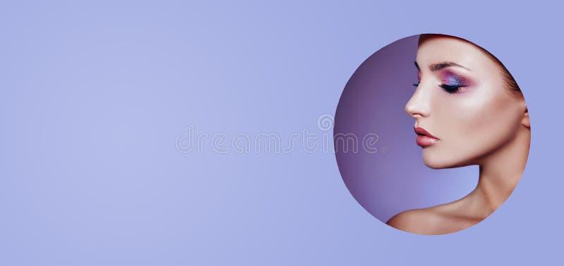 Vrouw in een ronde gatencirkel op purpere achtergrond, de manier van de de schoonheidsmiddelenaard van de Schoonheidsmake-up, exe royalty-vrije stock foto