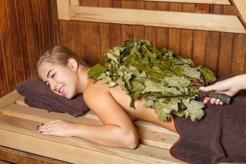 Vrouw in een sauna stock fotografie