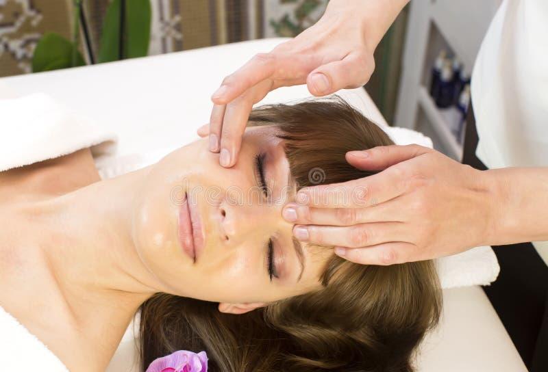 Vrouw in een schoonheidssalon royalty-vrije stock foto's