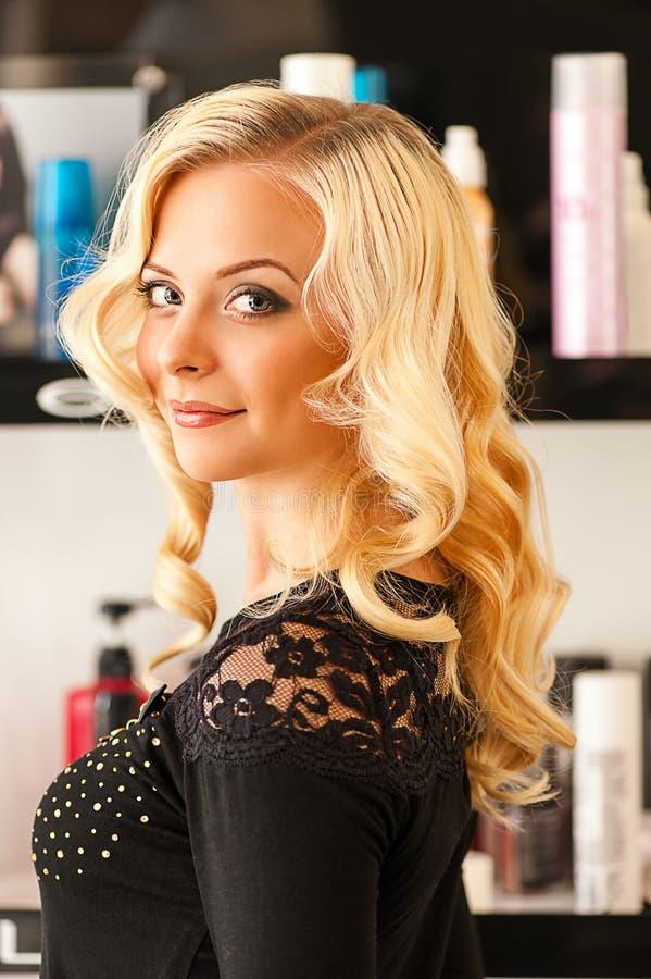 Vrouw in een schoonheidssalon stock afbeelding