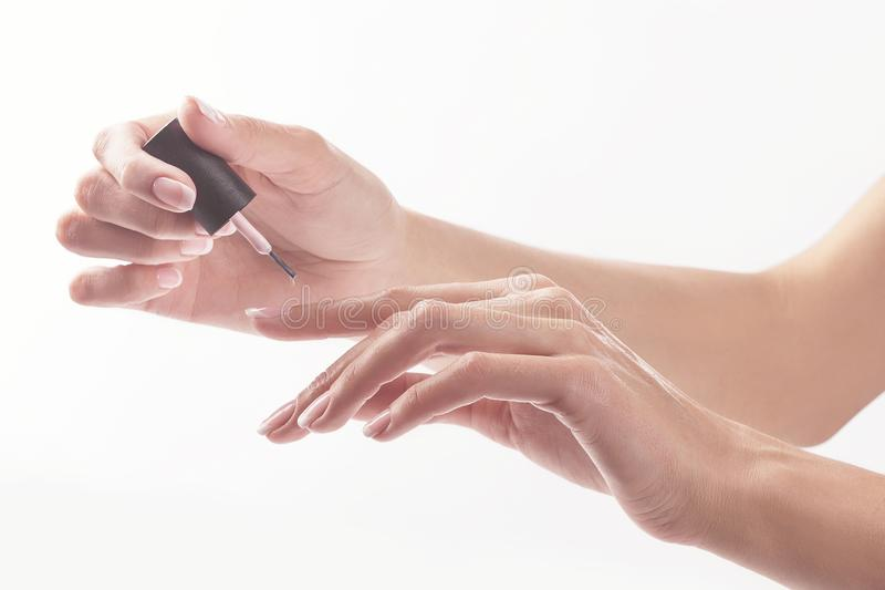Vrouw in een spijkersalon die manicure door een schoonheidsspecialist ontvangen royalty-vrije stock afbeelding