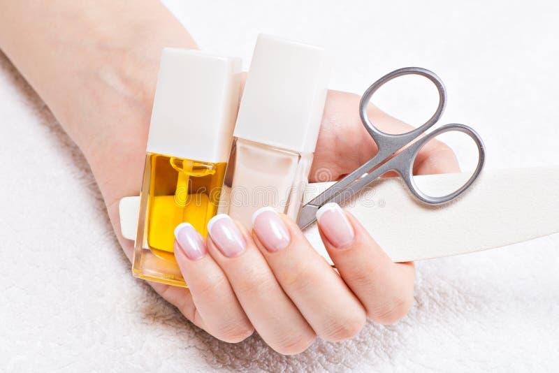 Vrouw in een spijkersalon die manicure ontvangen stock afbeeldingen
