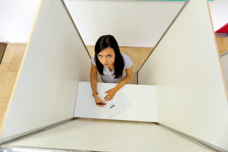 Vrouw in een stemhokje royalty-vrije stock fotografie