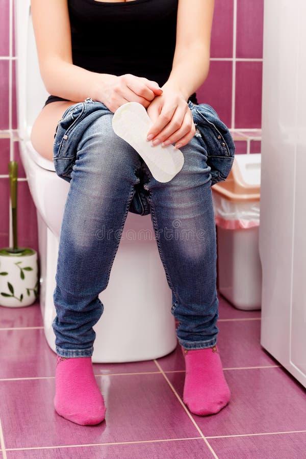 Vrouw in een toilet stock fotografie
