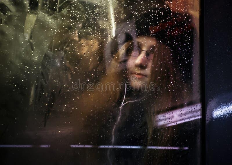 Vrouw in een trein stock fotografie