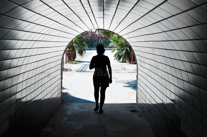 Vrouw in een tunnel royalty-vrije stock fotografie