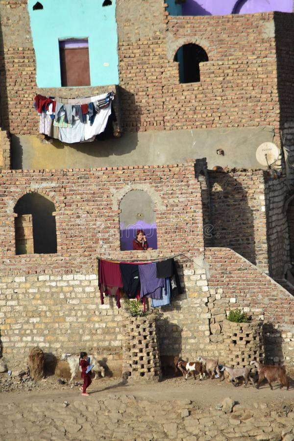 Vrouw in een venster in de stad van Aswan, Egypte royalty-vrije stock foto's