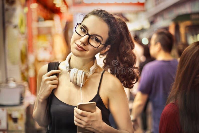 Vrouw in een winkel stock fotografie