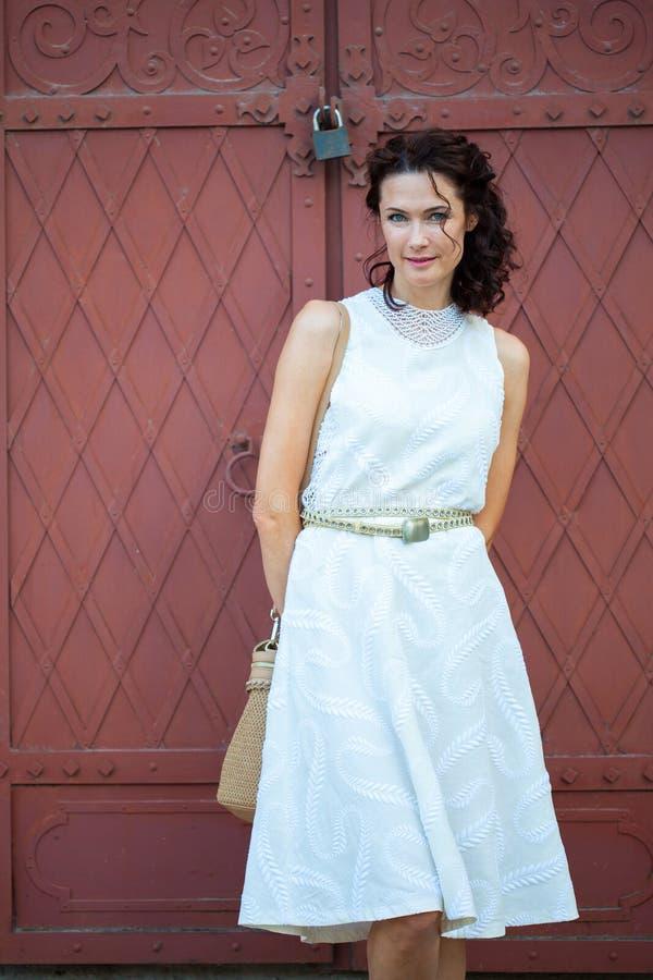 Vrouw in een witte kleding Manier stijl schoonheid royalty-vrije stock afbeelding