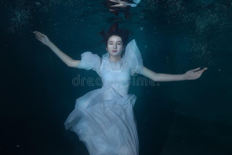 Vrouw in een witte kleding onder water royalty-vrije stock foto's