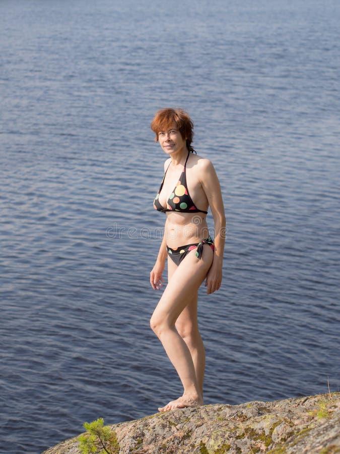 Vrouw in een zwempak stock foto's
