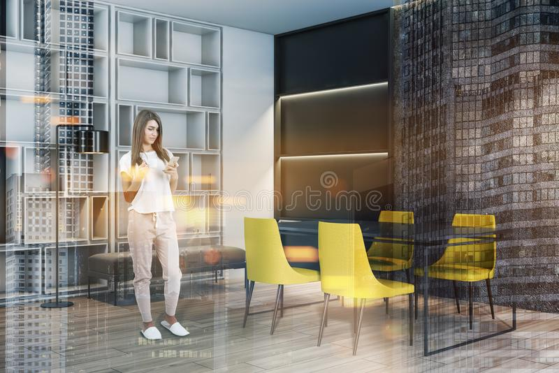 Vrouw in eetkamer met gele stoelen royalty-vrije stock foto