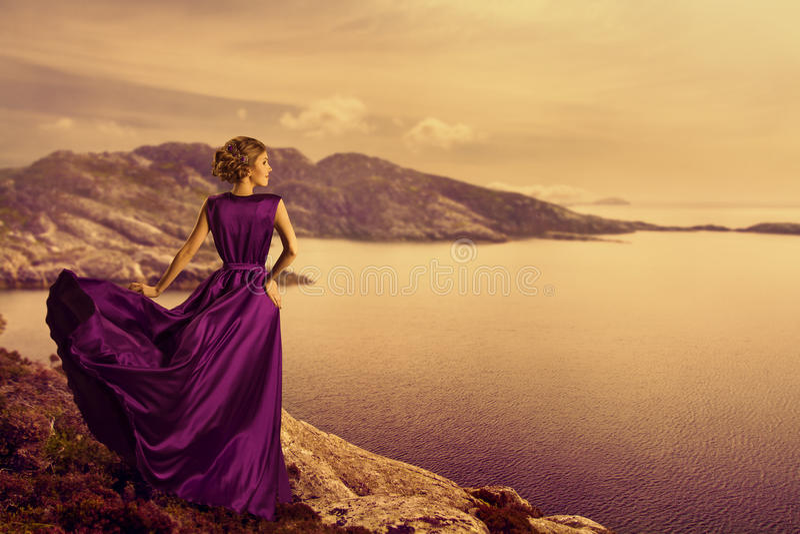 Vrouw in Elegante Kleding op Bergkust, Mannequin Gown stock fotografie