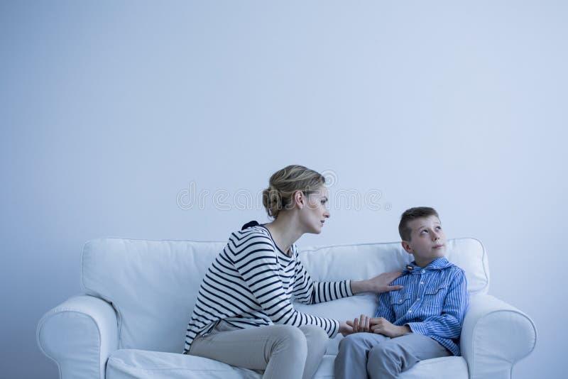 Vrouw en autistische jongen royalty-vrije stock afbeelding