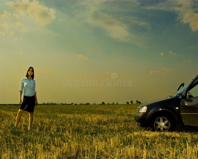 Vrouw en auto stock afbeelding