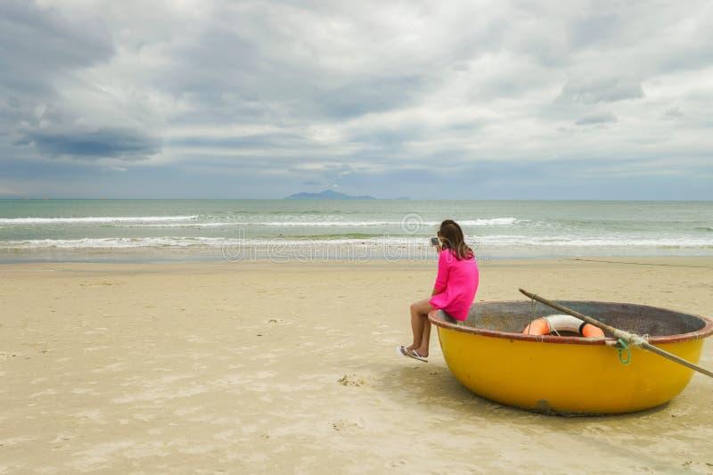 Vrouw en Bamboeboot op het Strand van China in Danang Vietnam royalty-vrije stock foto