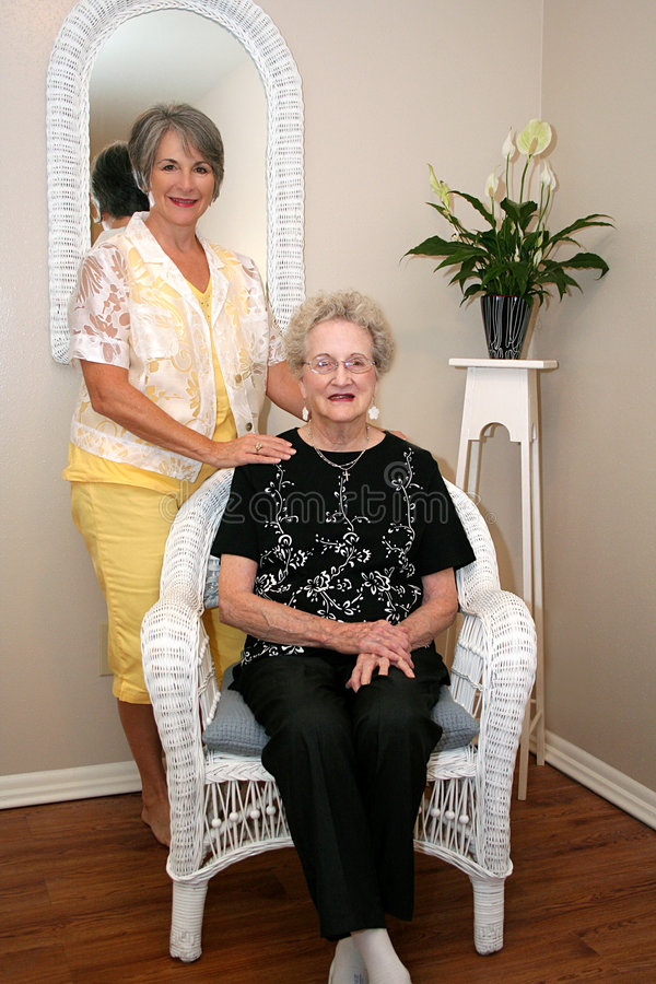 Vrouw en Bejaarde Moeder stock foto