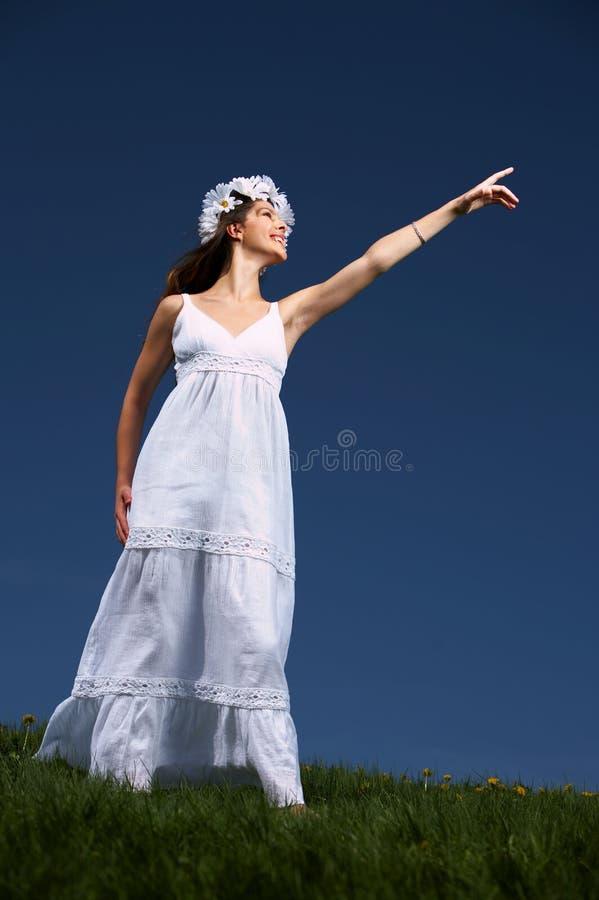 Vrouw en blauwe hemel stock foto's