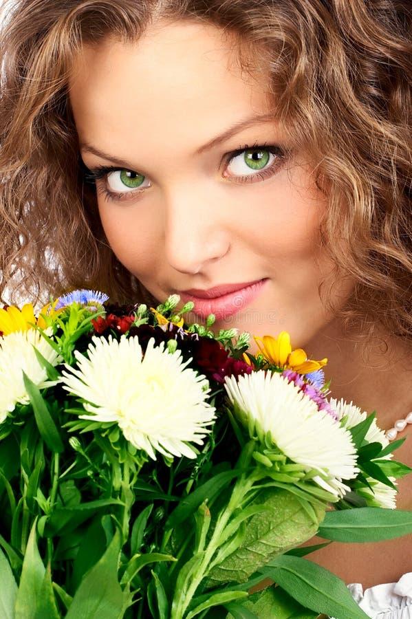 Vrouw en bloemen stock afbeelding
