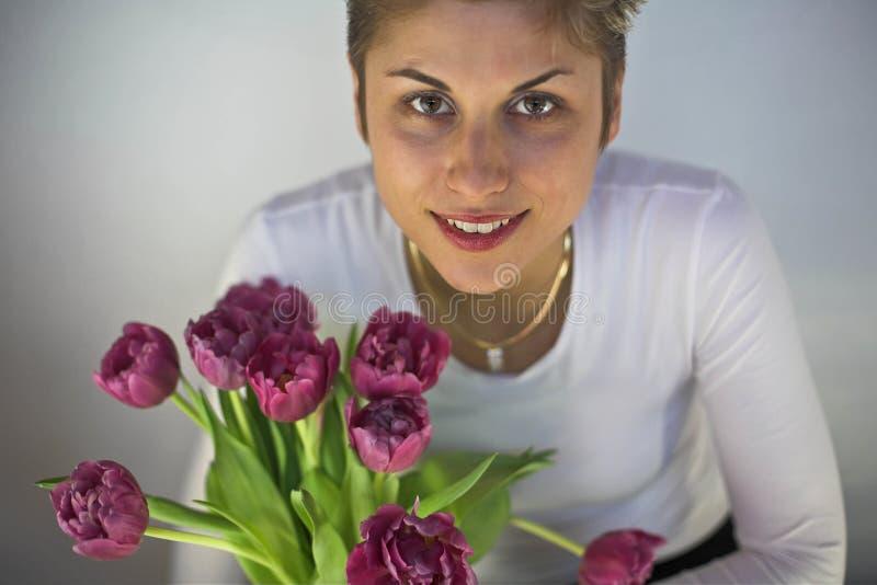 Vrouw en Bloemen royalty-vrije stock afbeeldingen