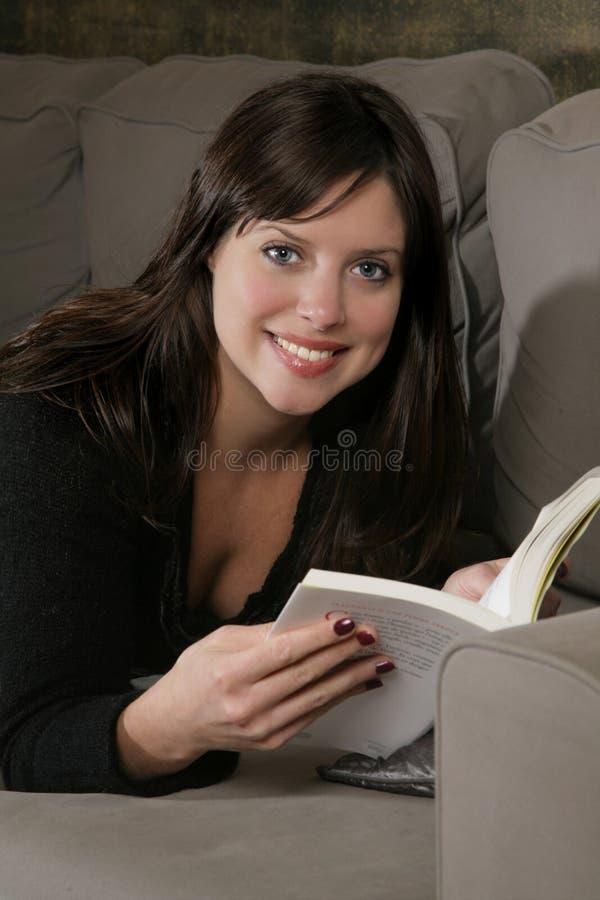 Vrouw en boek stock afbeeldingen