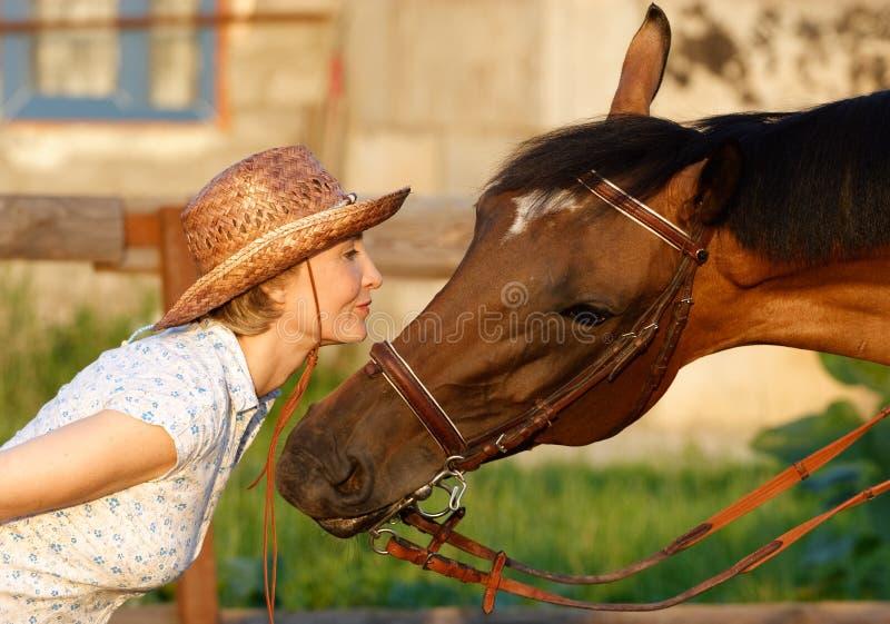 Vrouw en bruin paard royalty-vrije stock afbeelding