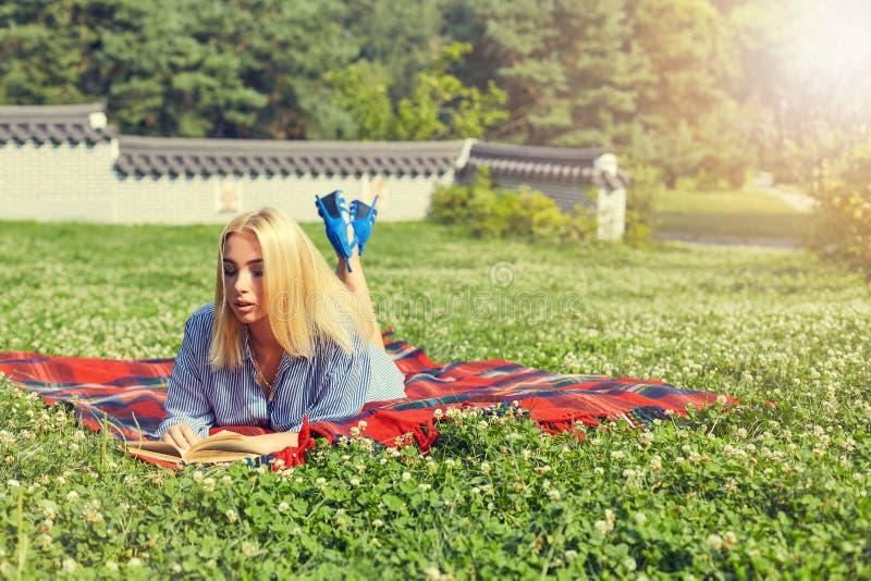 Vrouw en de zomervakantie met een boek in het park royalty-vrije stock foto's