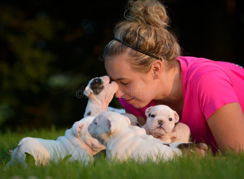 Vrouw en draagstoel van puppy stock fotografie