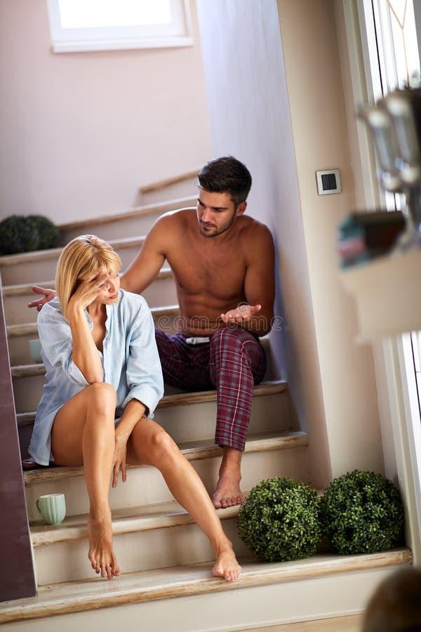 Vrouw en echtgenoot die bespreking over treden hebben royalty-vrije stock afbeeldingen