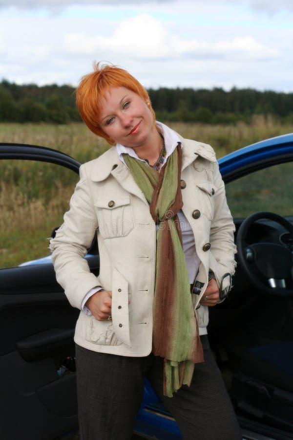 Vrouw en een auto stock foto