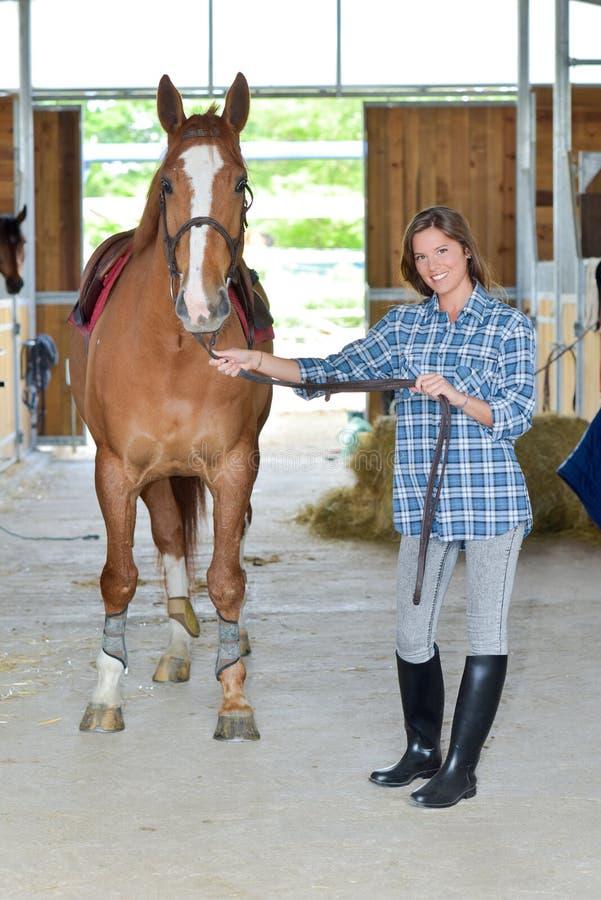 Vrouw en een paard stock foto