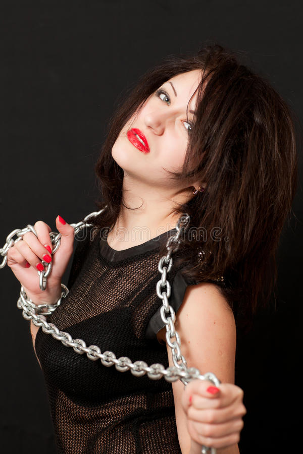 Vrouw en een staalketting stock afbeeldingen