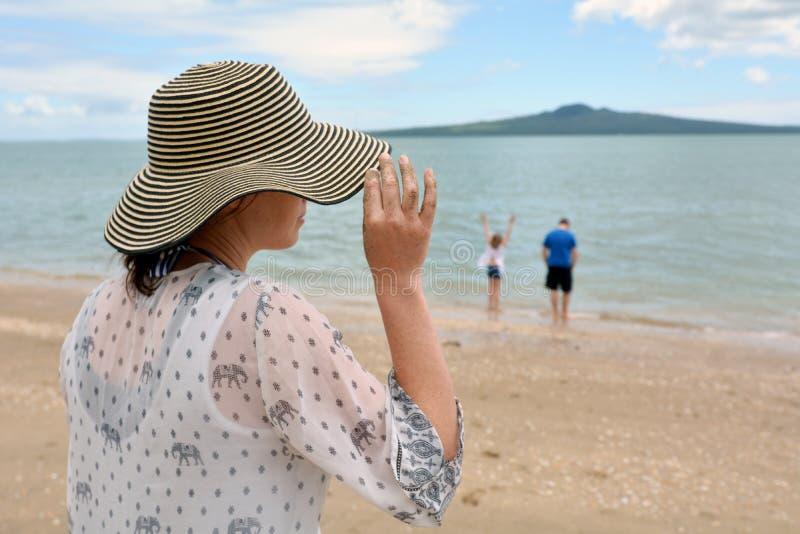 Vrouw en haar familie op de vakantie van de de zomervakantie royalty-vrije stock afbeeldingen