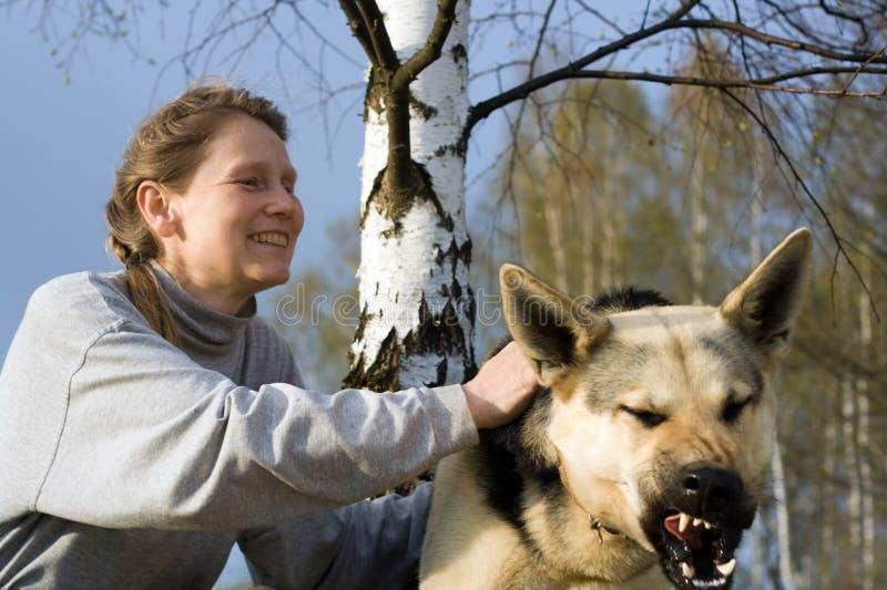 Vrouw en haar hond stock foto's