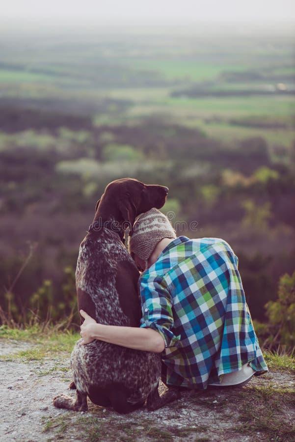 Vrouw en haar hond stellen openlucht royalty-vrije stock foto's