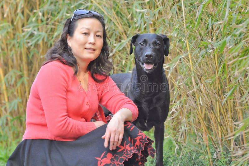 Vrouw en haar huisdierenhond royalty-vrije stock foto