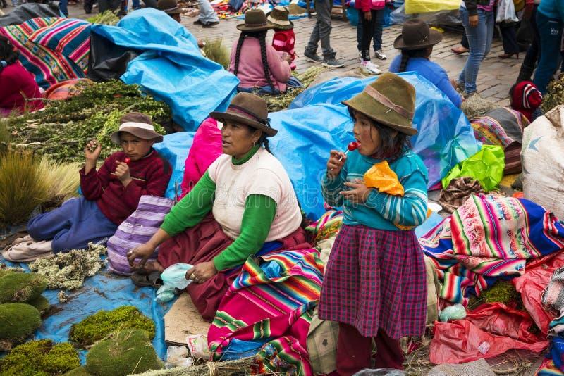 Vrouw en haar kinderen in een straatmarkt bij het Plein DE Armas in de stad van Cuzco in Peru royalty-vrije stock foto's