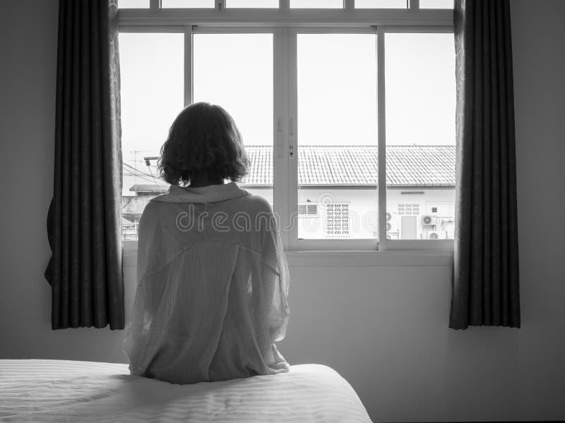 Vrouw en het bed stock foto