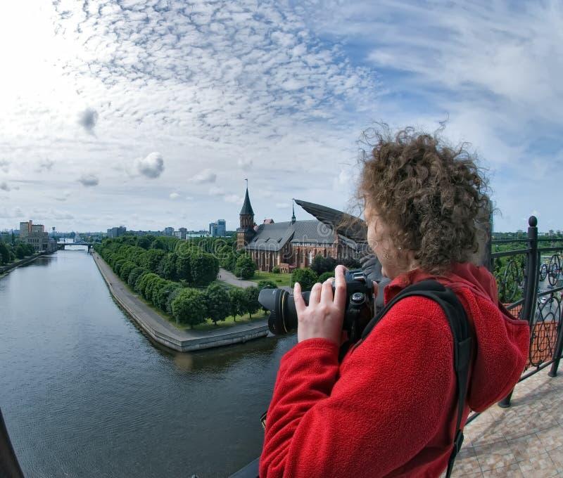 Vrouw en historisch centrum in Kaliningrad Rusland stock fotografie